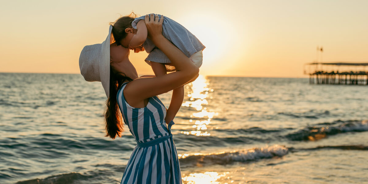 Mutter mit Baby am Strand
